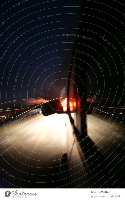 landstraße mit vati Geschwindigkeit KFZ Straße Nacht Langzeitbelichtung Unschärfe Licht gefährlich Motorsport Freude PKW rausch der sinne betrunken am steuer