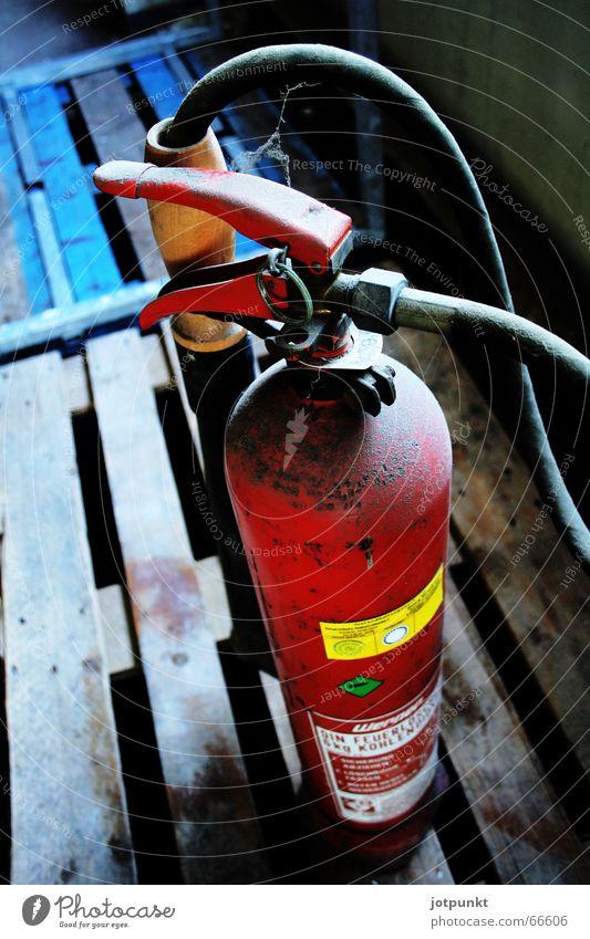 feuerlöscher blau rot Brand heiß Schlauch Paletten Feuerlöscher