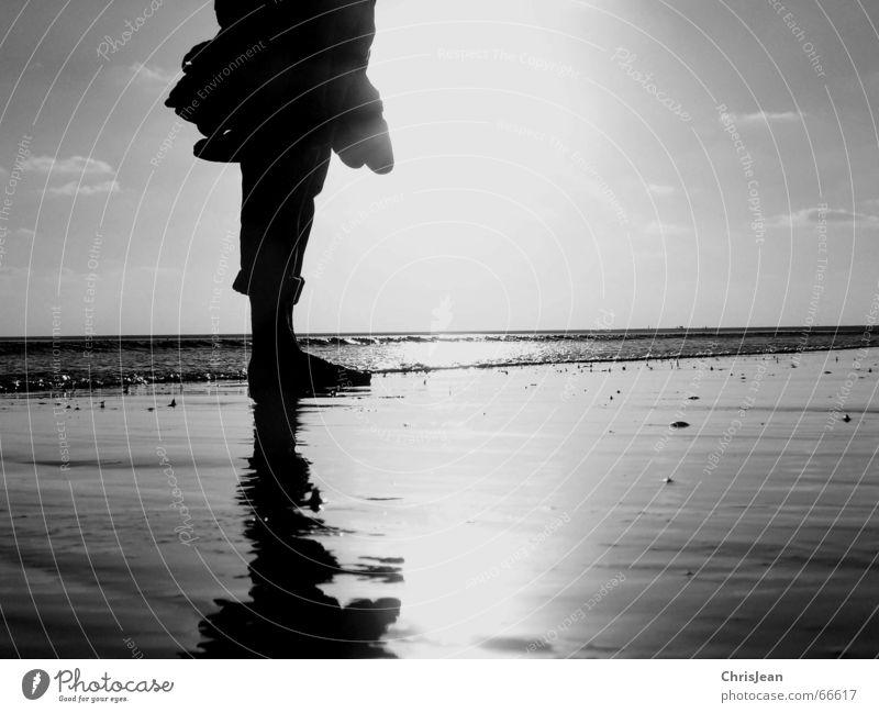 Stehengeblieben stehen Strand Meer Schuhe nass stagnierend ruhig Einsamkeit Himmel Licht Erholung trist Mensch Sand Wasser water spieglung füß Fuß nääse alone