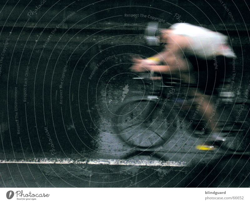 Augen auf ich komme Straße Sport Triathlon grau Regen Fahrrad Gesundheit Erfolg Geschwindigkeit Freizeit & Hobby Fitness Veranstaltung Stress Frankfurt am Main Unwetter Sportveranstaltung
