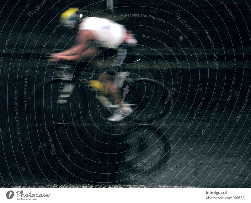 Dabei sein ist alles Straße Sport Triathlon grau Regen Fahrrad Gesundheit Erfolg Geschwindigkeit Freizeit & Hobby Veranstaltung Stress Frankfurt am Main Unwetter Sportveranstaltung Leistung