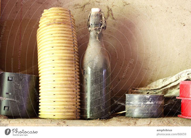 Dialog alt Einsamkeit Röhren Flasche Staub vergessen Bierflasche zeitlos Kiesbett