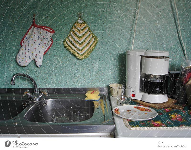 Küche Kaffee Geschirr Teller Tasse Glas Häusliches Leben Wohnung Armut dreckig einfach Manuelles Küchengerät Küchenspüle Kaffeemaschine Krümel Wasserhahn