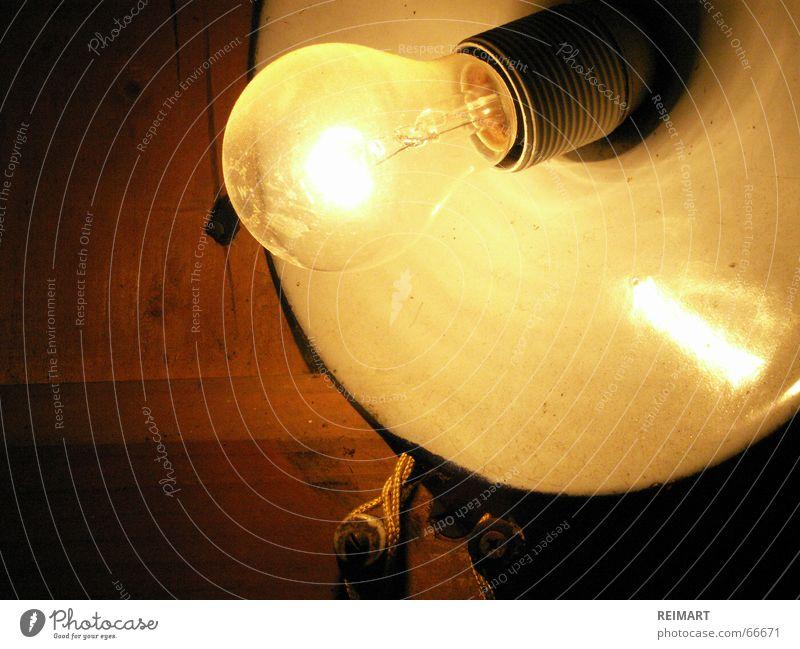 drei Licht Lampe Glühbirne Holz Elektrizität alt Wattenmeer Lampenfassung hell Kabel