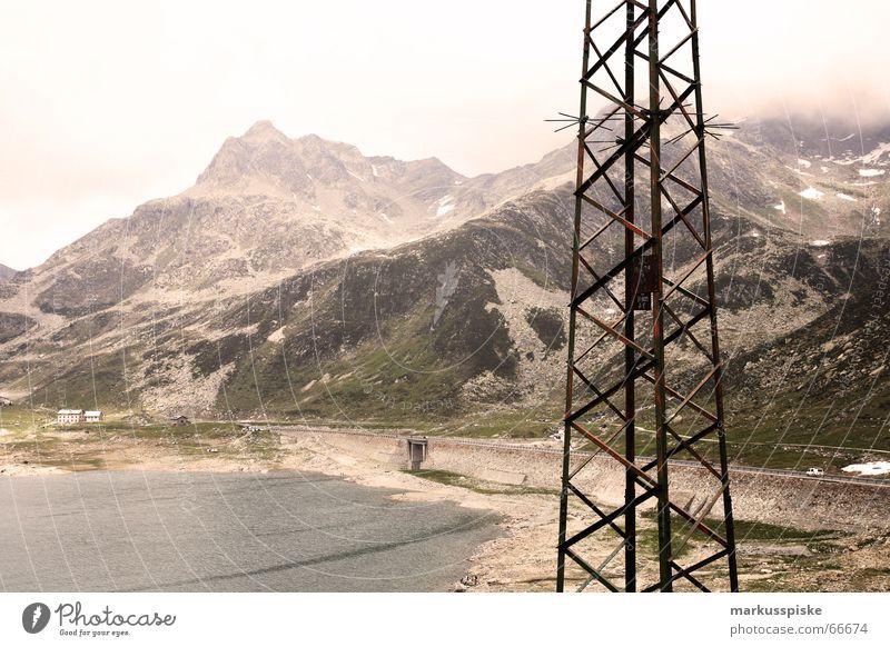 Lago di Montespluga Elektrizität See Stausee grün türkis Italien Schweiz Meeresspiegel Wolken Berge u. Gebirge Strommast Leitung Felsen Alpen splügenpaß Himmel