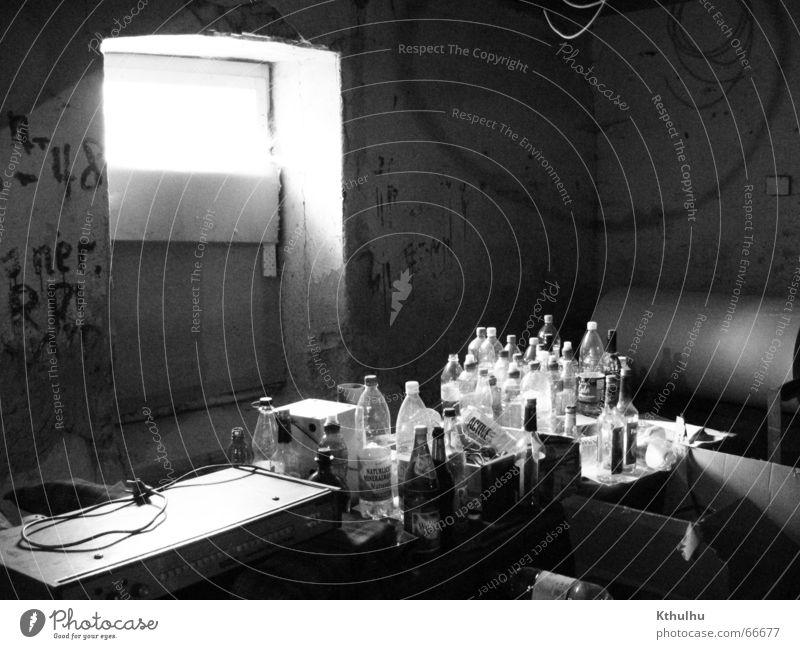 Das Fenster zum Flaschenfriedhof Licht chaotisch Rauschmittel Schwarzweißfoto Musik Alkohol Gastronomie