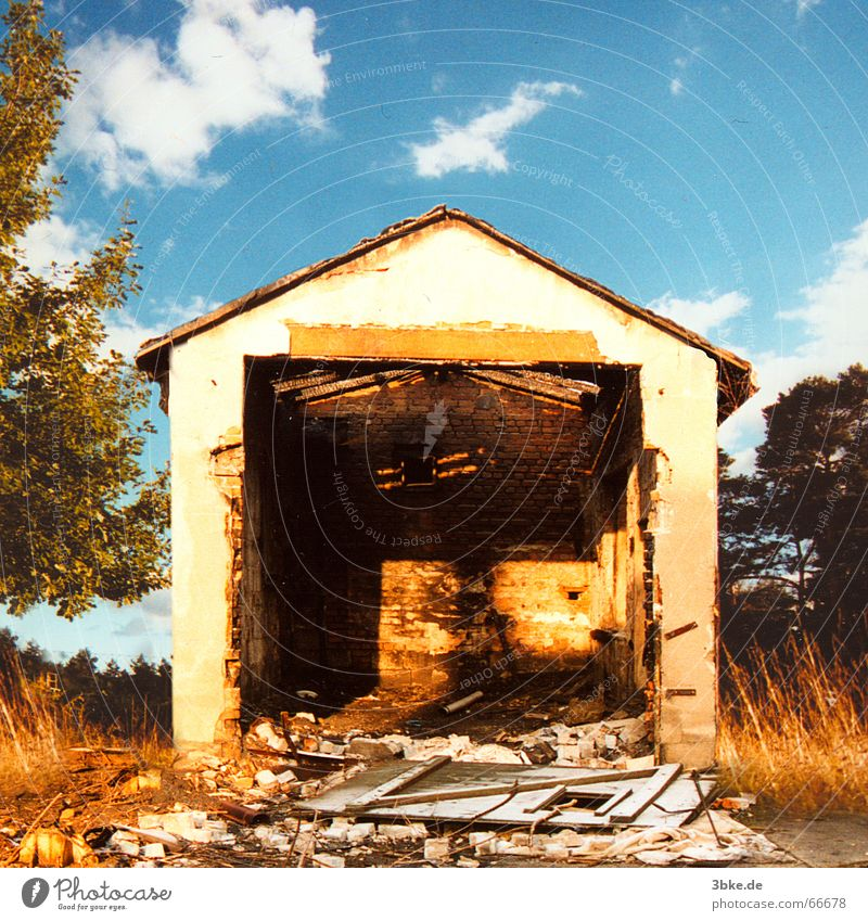 bassein 01 Himmel blau Haus Gebäude Tür kaputt gruselig Tor Denkmal spukhaft Geisterhaus