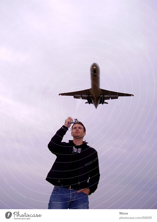 Flugzeuge im Objektiv Mann Himmel Wolken warten Flugzeug fliegen Luftverkehr Fotokamera Flughafen Flugzeuglandung Fotograf Fernweh Fotografieren Düsenflugzeug schlechtes Wetter Passagierflugzeug