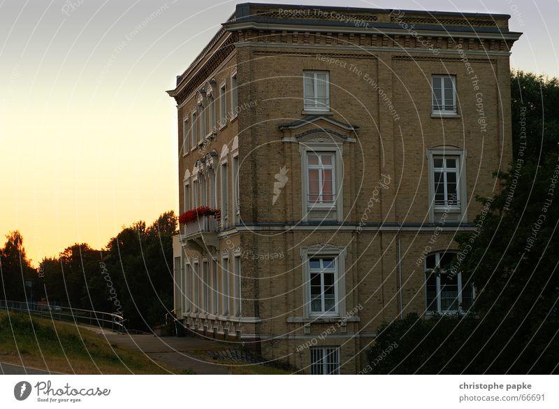 Klassizistische Hausfassade Gebäude Architektur Fassade Backstein Reichtum Sommer Villa Traumhaus Fenster historisch reich Romantik schick südländisch