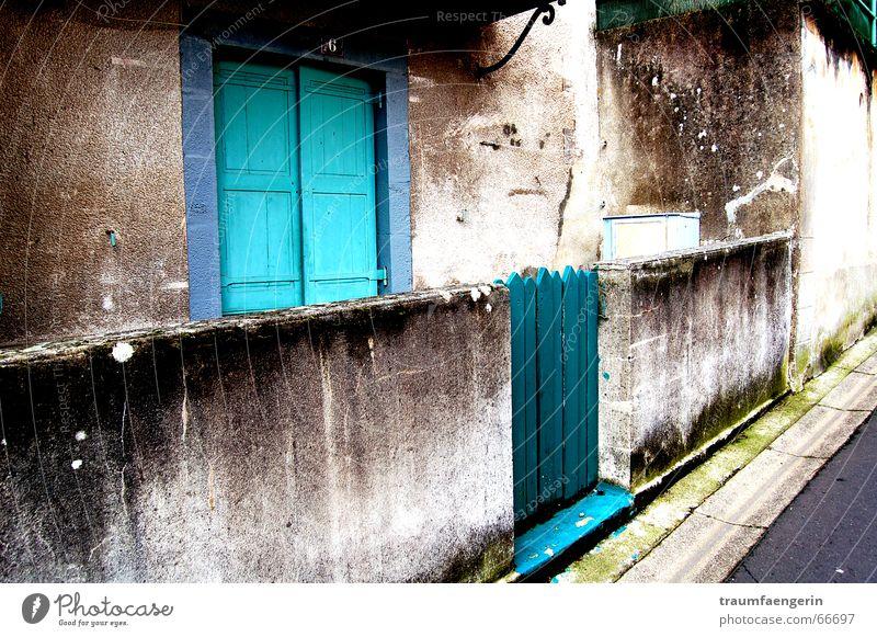 zu hause eines anderen Eingang türkis Wand grau Vorgarten Schutzdach dreckig Beton Haus Wohnung Auvergne Frankreich Tür Tor törchen mauriac