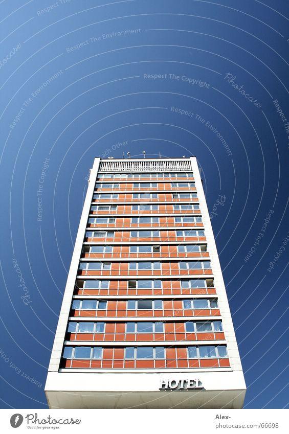 Sprungbrett ins kalte Wasser Himmel blau Ferien & Urlaub & Reisen Haus Stil Fenster orange groß Hochhaus hoch Perspektive retro Pause stoppen