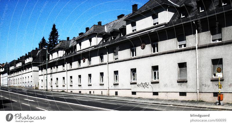 Alles Gleich alt weiß blau schwarz Straße Fenster verrückt Dach Baustelle Frankfurt am Main Langeweile Altbau Uniform Militärgebäude