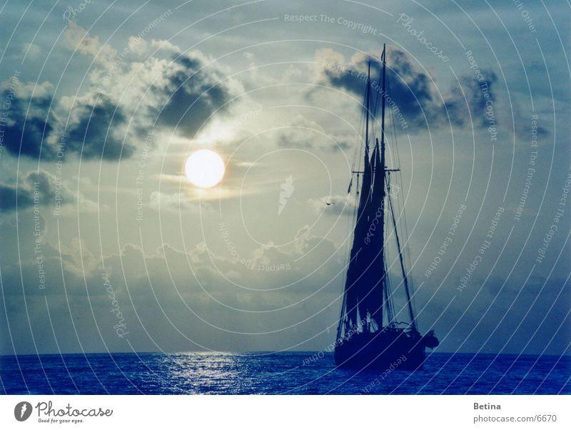Segelboot Natur Wasser Himmel Sonne Meer Ferien & Urlaub & Reisen Wolken Ferne Küste Horizont Hoffnung Tourismus Vertrauen Sehnsucht Gelassenheit Segeln