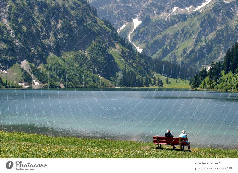 entspannt genießen ... See Gebirgssee Mensch grün Erholung ruhig Einsamkeit Berge u. Gebirge Wasser Paar Bank blau enspannt Landschaft paarweise