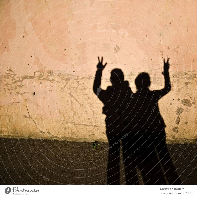 Peace Mensch maskulin feminin Geschwister Körper Kopf 2 Kunstwerk Gemälde Skulptur Theaterschauspiel Mauer Wand Fassade Stein Sand Beton braun Farbfoto
