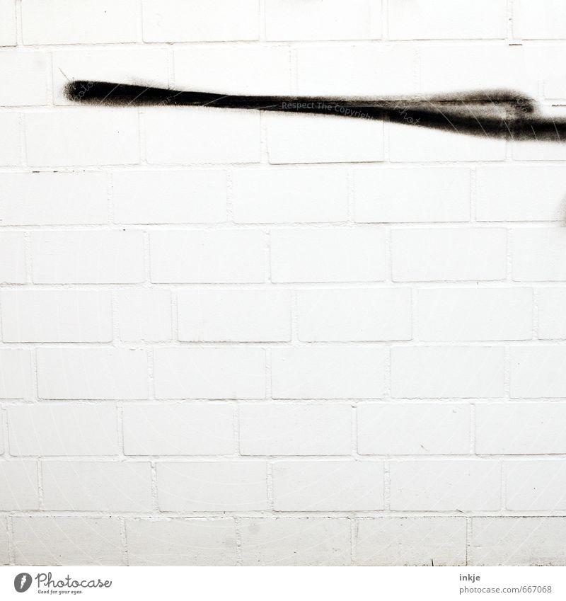 immerhin hat Nikolaus schonmal einen Dachboden überm Kopf Stadt weiß schwarz Graffiti Wand Mauer Stein Linie Fassade Beton Beginn einfach Streifen Zeichen dünn Backstein