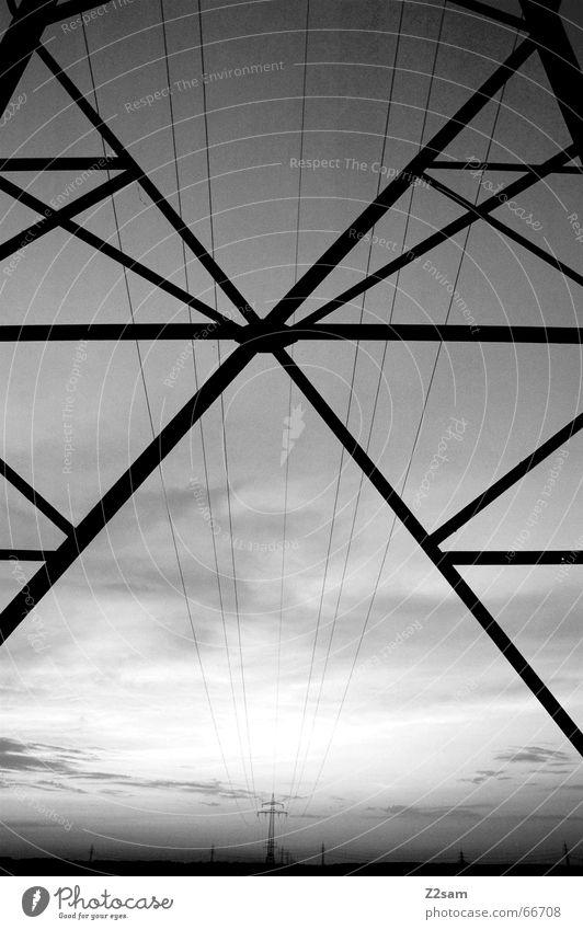 von einem zum anderen Elektrizität Strommast Linie Feld Geometrie Schwarzweißfoto way Perspektive Mitte