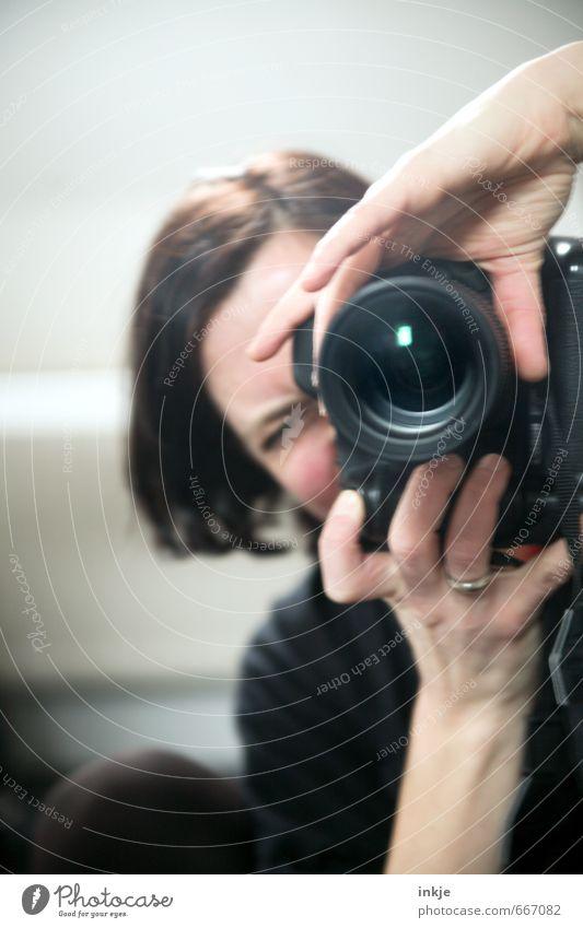 beeing me III Lifestyle Freizeit & Hobby Spiegel Fotograf Fotokamera Linse Objektiv Frau Erwachsene Leben Gesicht Hand 1 Mensch 30-45 Jahre beobachten nah
