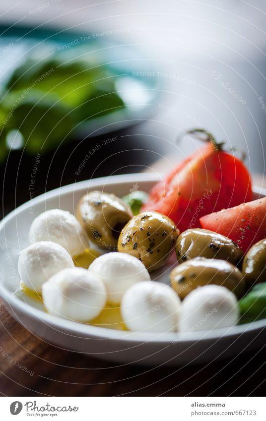 Antipasti Mozzarella Oliven Snack Tomate Italien Italienische Küche Gesunde Ernährung Speise Essen Foodfotografie Lebensmittel Olivenöl mediterran genießen