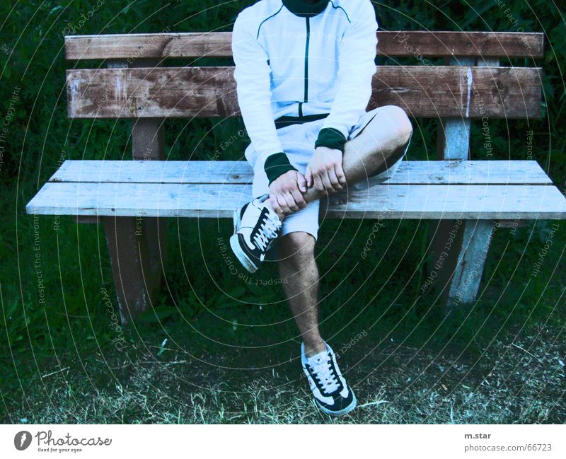 Bench Sitting #1 Hand Erholung Gras Holz Schuhe Beine sitzen Coolness Bank Hose Shorts Balken Trainingsjacke