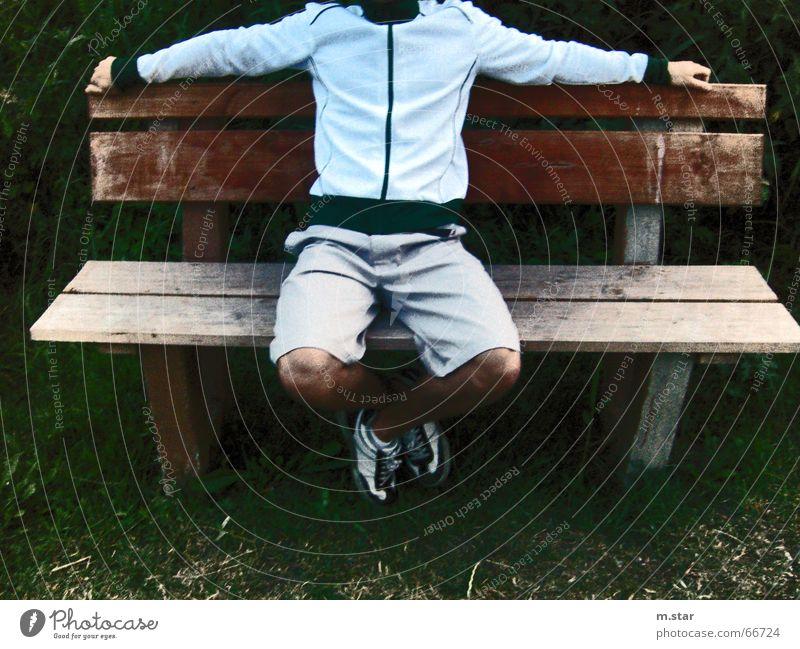 Bench Sitting #2 Hand Erholung Gras Holz Schuhe Beine sitzen Coolness Bank Hose lässig Shorts Sportbekleidung Balken Trainingsjacke