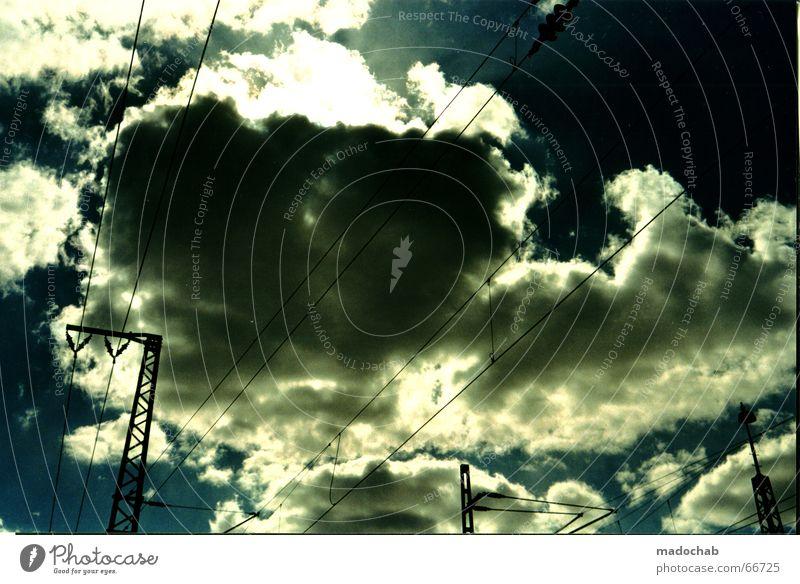 WOLKEN ZIEHEN AUF Himmel blau Wolken Kraft Angst Elektrizität Kabel bedrohlich Gleise Gewitter Frankfurt am Main böse Strommast Kühlung Scan Elektrisches Gerät