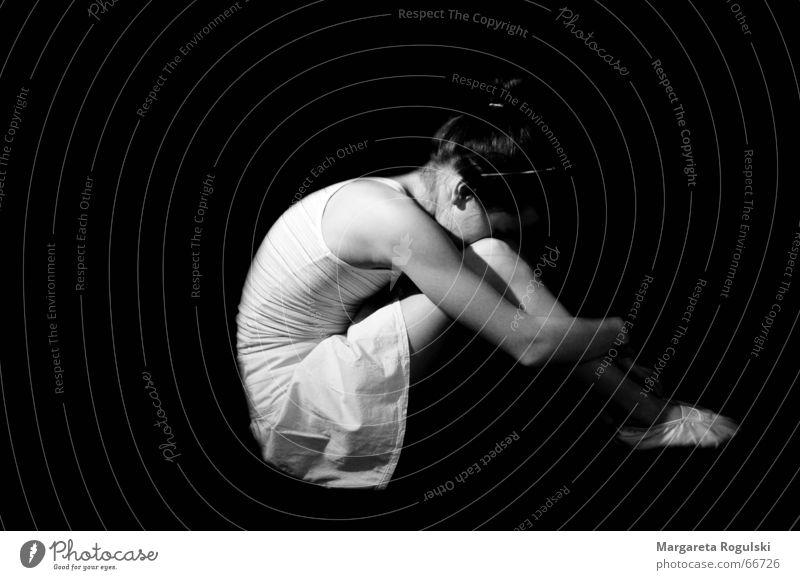 Balletttänzerin Mädchen Trauer Frau schwarz Schwarzweißfoto Traurigkeit verstecken Tanzen