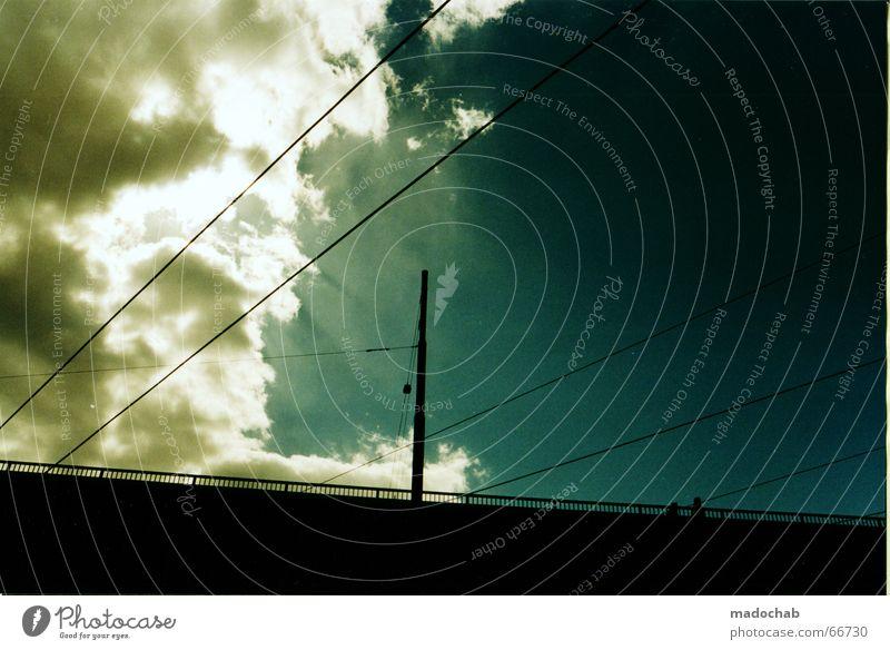 WOLKENWAND Himmel weiß blau Wolken Angst Geschwindigkeit Hoffnung Brücke bedrohlich links rechts Schlamm Bildaufbau weg hier