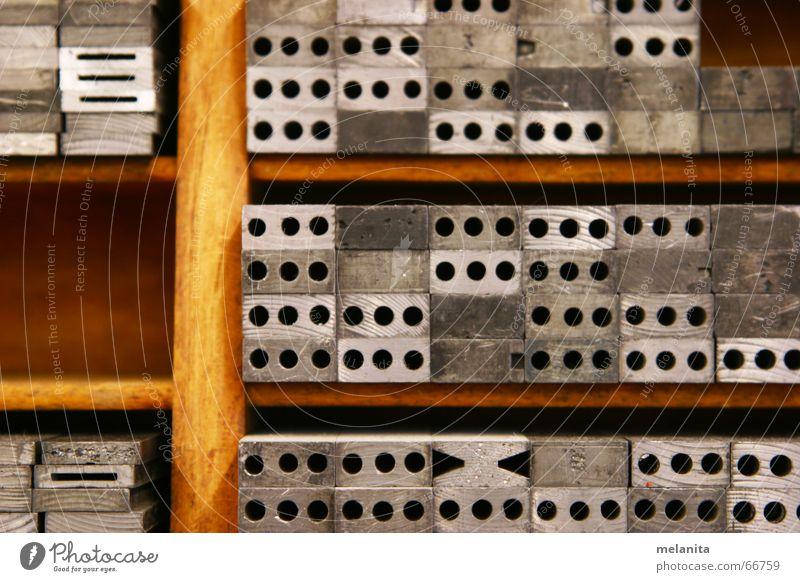 Ordnung im Ursprung sitzen Schriftzeichen Typographie Tradition Kasten ursprünglich drucken Setzkasten Zwischenraum Bleisatzkasten