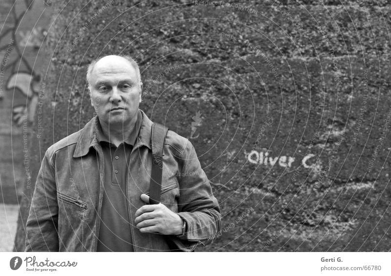 Oliver C. Mann Freundlichkeit sympathisch Gesichtsausdruck trist Hand Oberkörper Glatze Mauer Mensch Blick Langeweile süffisant Plattenbau Stein lonesome rider