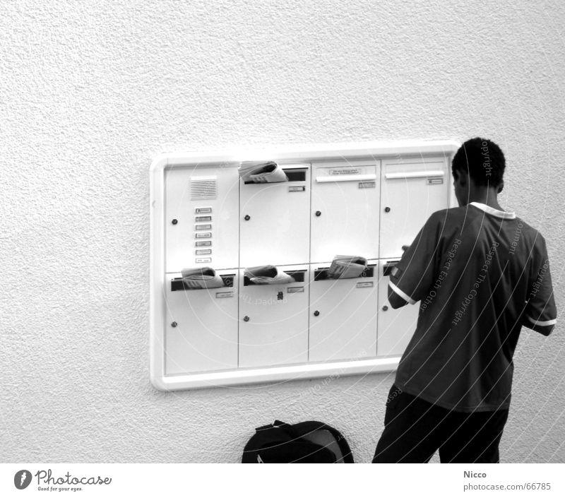 Zeitungsjunge Wand Putz Namensschild Briefkasten Gegensprechanlage Rucksack schwarz Arbeit & Erwerbstätigkeit Außenaufnahme Beruf Klingel Mehrfamilienhaus