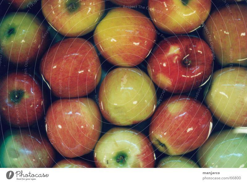 Apple lecker rot gelb grün eng mehrere Lebensmittel Reinigen Apfel Stengel Wasser reflektion viele überfluss Ernährung