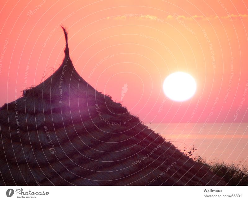 Guten Morgen, Sonne! Sonnenaufgang Sonnenuntergang rot Meer Dach Strohdach Romantik Kitsch Stimmung ruhig Himmel 6 uhr