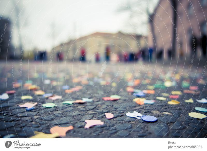 stehen und liegen lassen Stadt Freude Glück Feste & Feiern Zusammensein Fröhlichkeit Asphalt Karneval Menschenmenge Konfetti