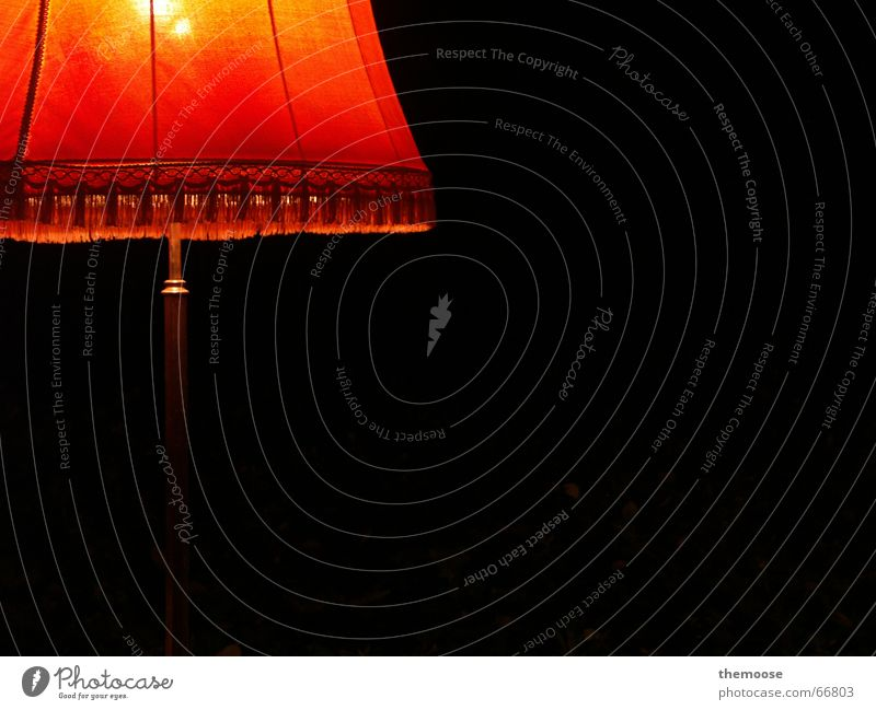 erLEUCHTET Lampe Licht rot Nacht Lampenschirm Lampenständer Stehlampe Stoff dunkel Physik gemütlich alt orange metallständer Wärme Außenaufnahme