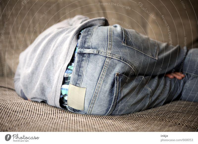 in Ruhe lassen Lifestyle Stil Erholung ruhig Freizeit & Hobby Sofa Kind Junge Kindheit Jugendliche Leben Rücken Gesäß 1 Mensch 8-13 Jahre Jeanshose liegen