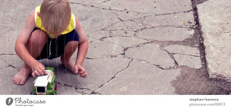 // kleine Kinder spielen gern Spielzeug Spielen Traktor Mähdrescher Hose blond Barfuß Sommer grün schwarz gelb Finger Kieselsteine Freizeit & Hobby Kindergarten