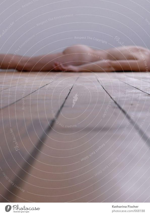 Raum - Perspektive I Körper Haut Rücken Arme Hand Gesäß Beine Holz liegen ästhetisch sportlich authentisch Ferne dünn braun schwarz weiß Kreativität Kultur