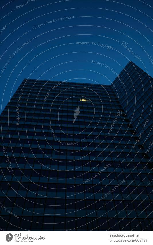 STUDIO TOUR | Überstunden blau Einsamkeit Fenster Arbeit & Erwerbstätigkeit Fassade Business Büro Hochhaus Erfolg Reinigen rennen Bankgebäude