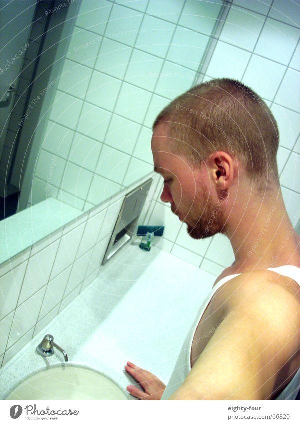 icke aufm klo weiß Waschbecken Seife Denken Aufenthalt blond kurzhaarig Unterhemd Mensch Toilette runterschauen Fliesen u. Kacheln Waschen nachdenken wifebeater