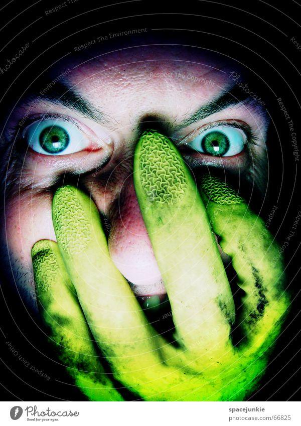FREAK Mann böse Wut Porträt Freak Angst beängstigend dunkel schwarz verrückt grün Handschuhe gelb Gesicht Blick Mensch Auge gummihandschuh