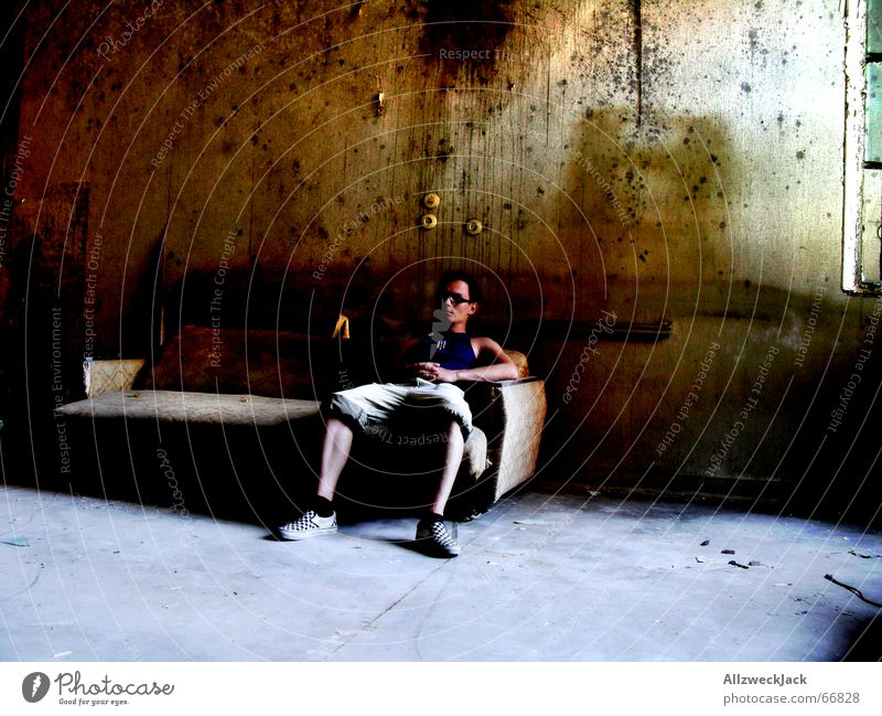 Couch Potato alt dunkel Raum dreckig Armut sitzen trist Sofa Tapete Langeweile gemütlich antik Frustration old-school Gesetze und Verordnungen staubig