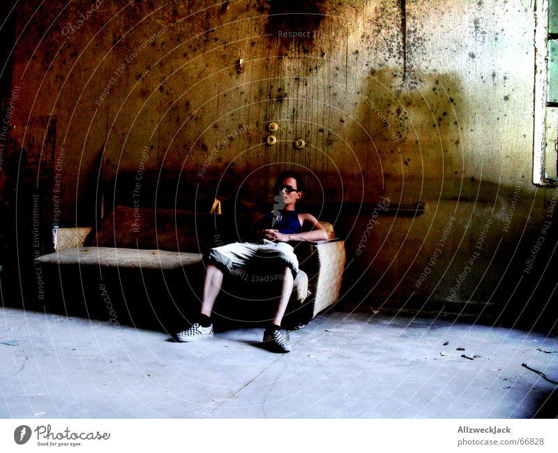 Couch Potato trist Raum gemütlich Tapete antik dunkel Licht Langeweile Frustration Arbeitslosengeld staubig Sofa Innenaufnahme old-school Sozialgesetz