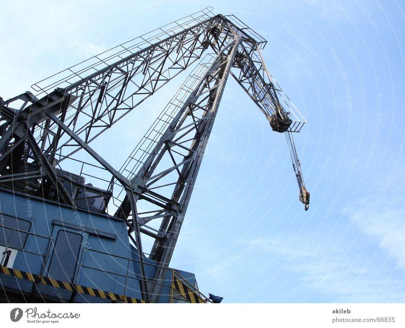 Am Haken Sommer Kran Stahl heben Wasserfahrzeug Außenaufnahme Froschperspektive Himmel blau zerkleinern Gewicht Hafen Technik & Technologie industrie heben