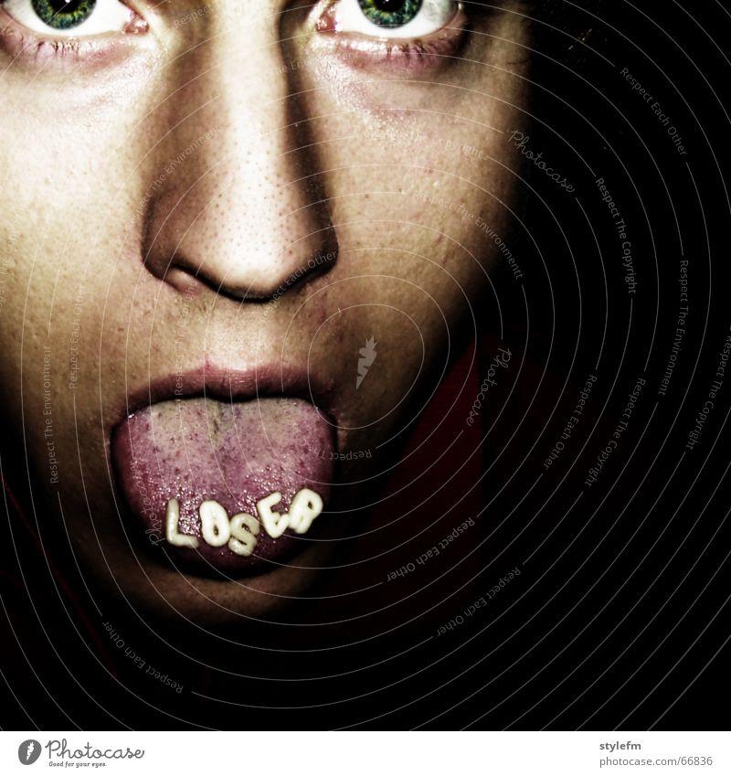 Loser Mann grün blau rot Gesicht schwarz Auge dunkel grau Mund braun Beleuchtung Essen Nase Ecke Lippen