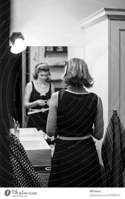 Pretty Woman Mensch Frau Jugendliche Einsamkeit Junge Frau 18-30 Jahre Erwachsene Liebe Haare & Frisuren Lampe Rücken einzeln beobachten retro Punkt Bad
