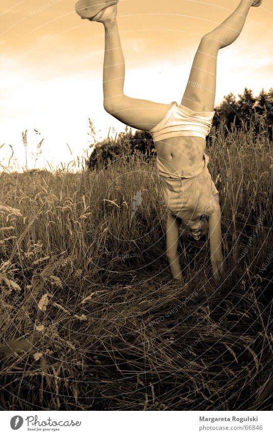 die welt aus einem anderen Winkel sehen Frau Mädchen Himmel Sommer Freude Gras Feld lustig Korn Kornfeld Unterhose Unbekümmertheit Flipflops Handstand