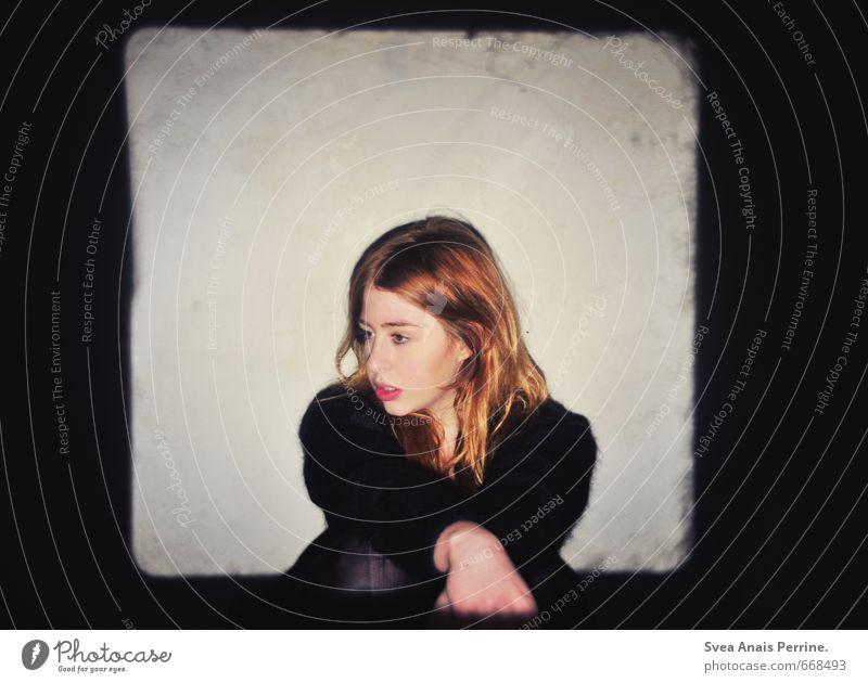 . feminin 1 Mensch 18-30 Jahre Jugendliche Erwachsene Mauer Wand Haare & Frisuren rothaarig langhaarig sitzen dunkel Dia-Projektor Farbfoto Innenaufnahme