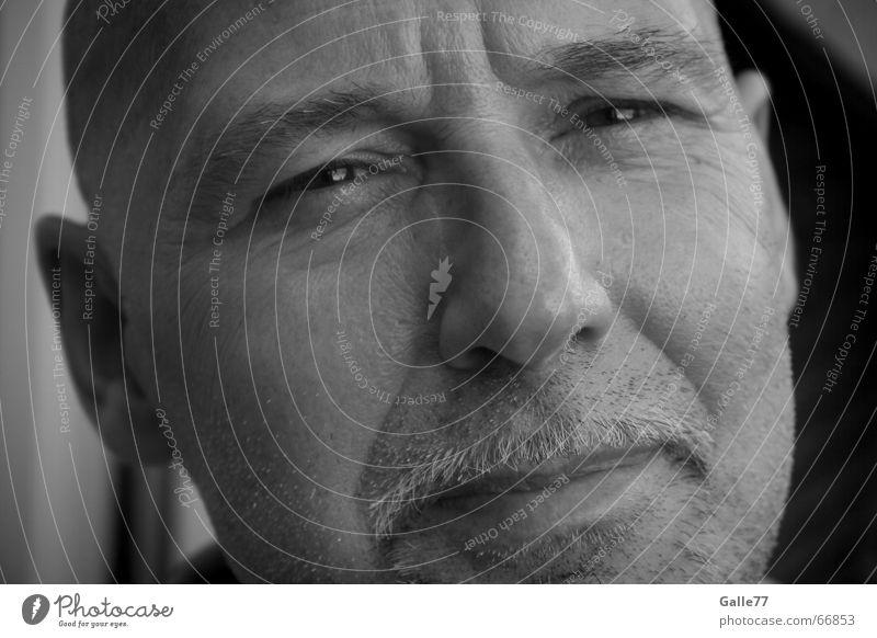 Dad Mann Porträt Bart schwarz weiß grau Freundlichkeit Zufriedenheit unten Auge Nase Mund Ohr lachen Blick Charakter Glück oben typisch Anschnitt