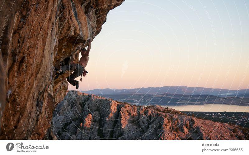 Rock climbing Mensch Natur Jugendliche Mann Erholung Landschaft 18-30 Jahre Erwachsene Berge u. Gebirge Sport Freiheit Felsen Horizont maskulin orange